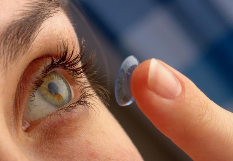 Tháo kính áp tròng trước khi nhỏ thuốc nhỏ mắt