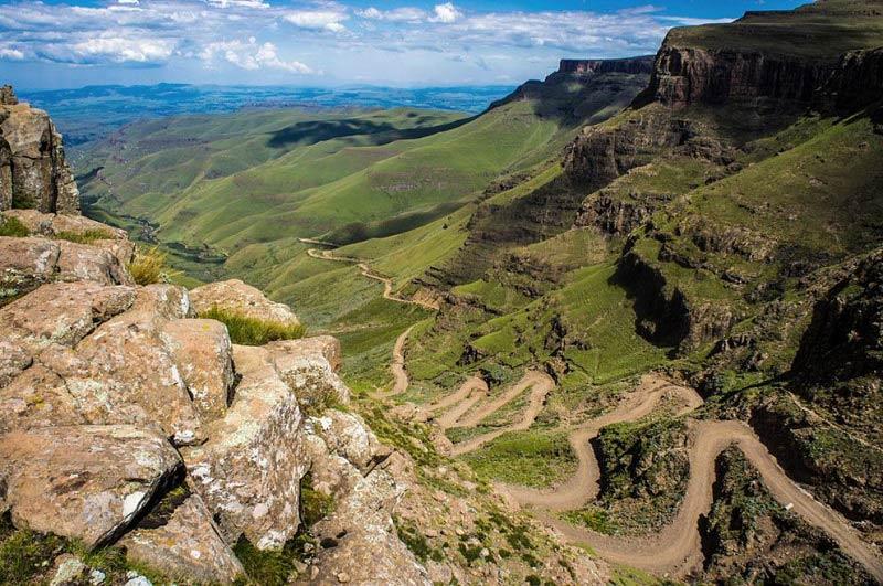 Con đường đèo bằng đất cực kì nguy hiểm