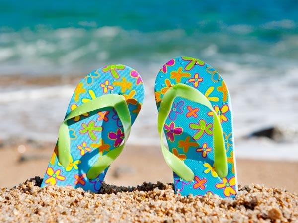 Hãy chọn cho mình đôi dép/sandal nhẹ nhàng có thể di chuyển thoải mái trên cát