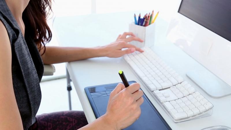 Designer thường không bị bó buộc nhiều về mặt thời gian mà ngược lại còn rất linh động địa điểm làm việc.