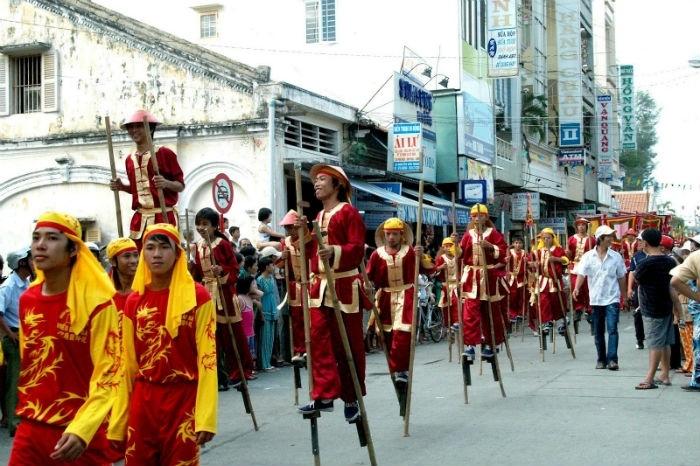Trò chơi đi cà kheo thường được tổ chức chơi ở các làng phía Bắc nhiều hơn