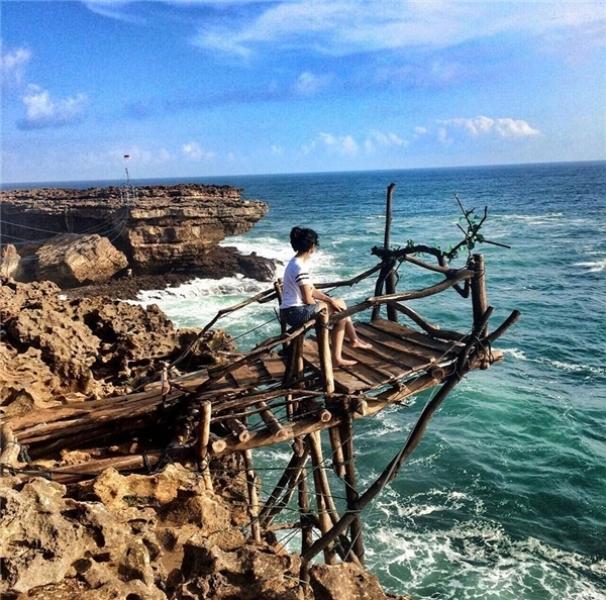 Di chuyển bằng cáp treo gỗ ở biển Timang