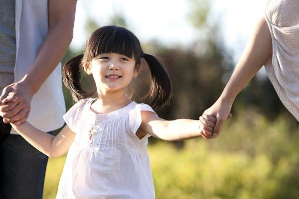 Cha mẹ nên dành thời gian cho bé đi dạo mỗi ngày.