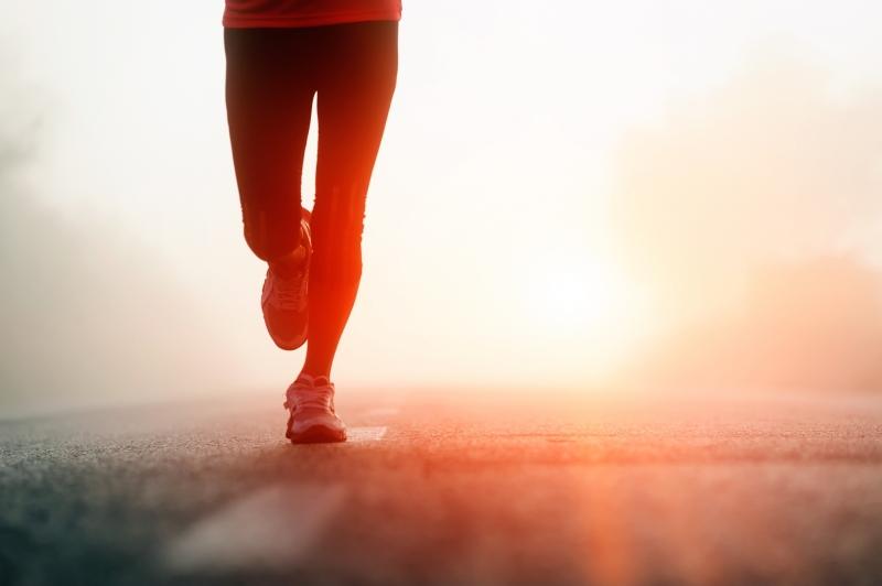 Tản bộ vào buổi tối luôn là một bài tập thể dục đơn giản và đem lại nhiều lợi ích cho sức khỏe. Bên cạnh đó, việc đi dạo dưới khí trời mát mẻ còn giúp tâm trạng thoải mái, tạm quên đi những điều không vui trong cuộc sống.
