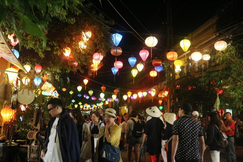 Đi dạo khu chợ đêm ở phố cổ