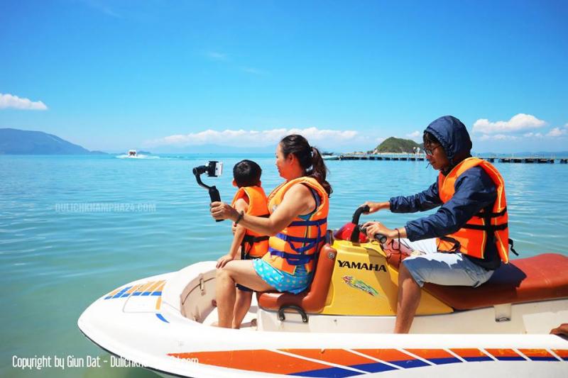 Các bạn có thuể thuê cano để đi dạo quanh đảo khám phá.