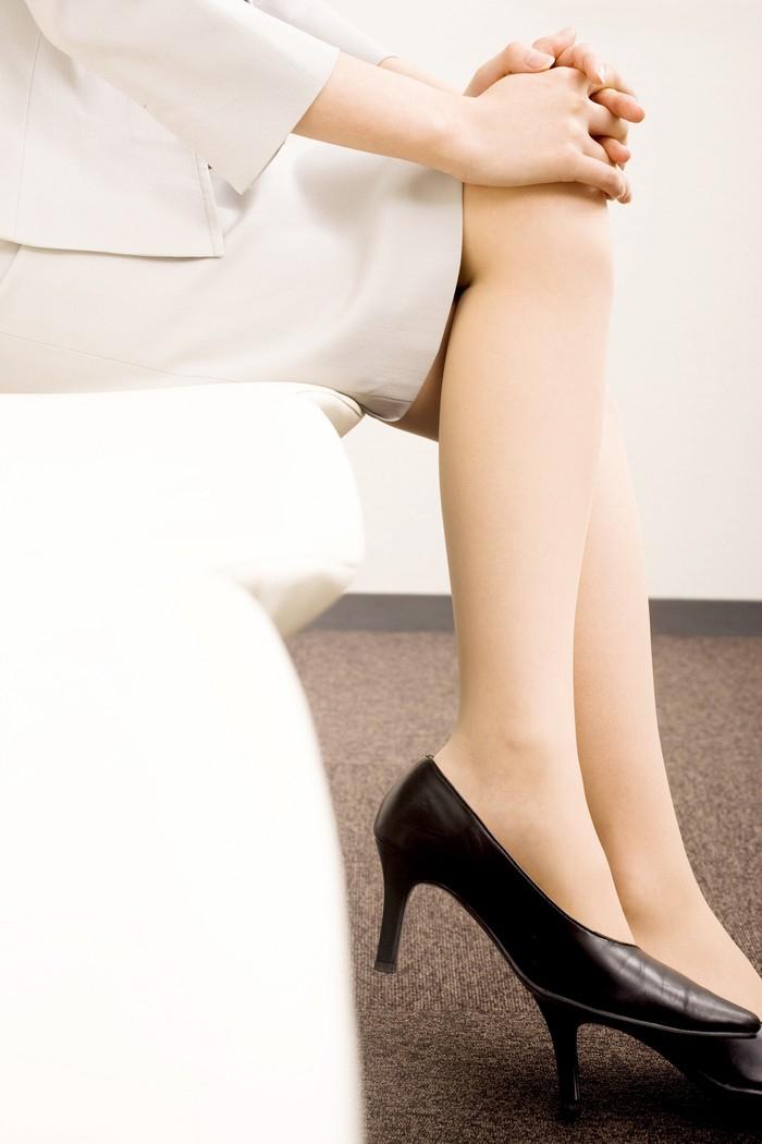 Đi một đôi giày gót thấp trước