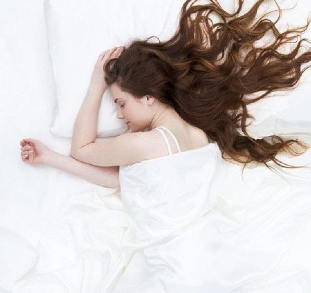 Đi ngủ với mái tóc xõa