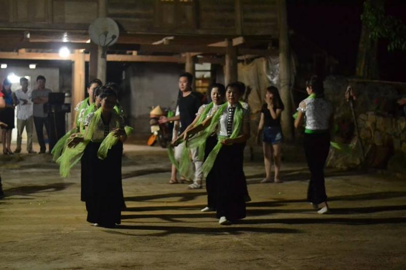 Điệu múa dân tộc ở bản Hang