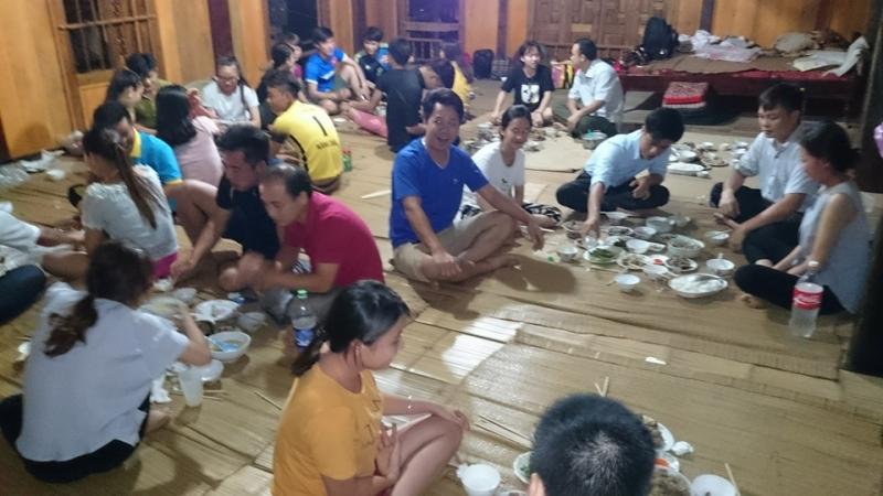 Bữa cơm ấm áp bên nhau của du khách và dân địa phương