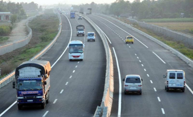 Đường cao tốc luôn có phân làn rất rõ, đừng lấn làn của ô tô bạn nhé!