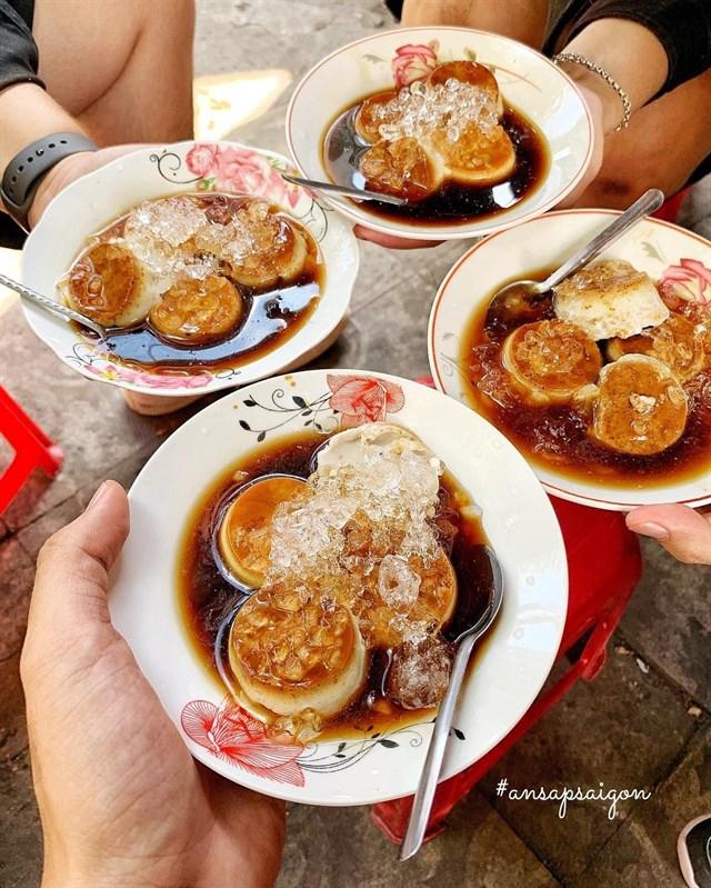 Caramel rất thơm và ngọt ngào, vị của flan rất béo có độ ngọt vừa phải, ăn cùng đá có khả năng giải nhiệt tuyệt vời