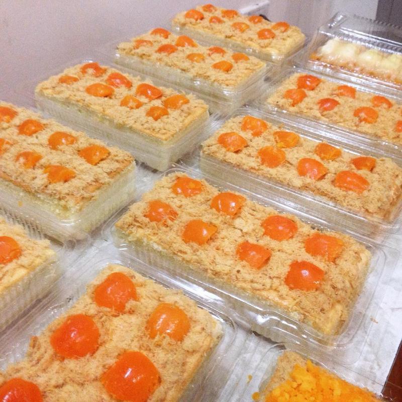 Đặc biệt là lớp trên mặt bánh tại Vani lúc nào cũng đầy ắp bơ, dăm bông, phô mai và trứng muôi. Một điểm cộng lớn là trứng muối của shop rất ngon