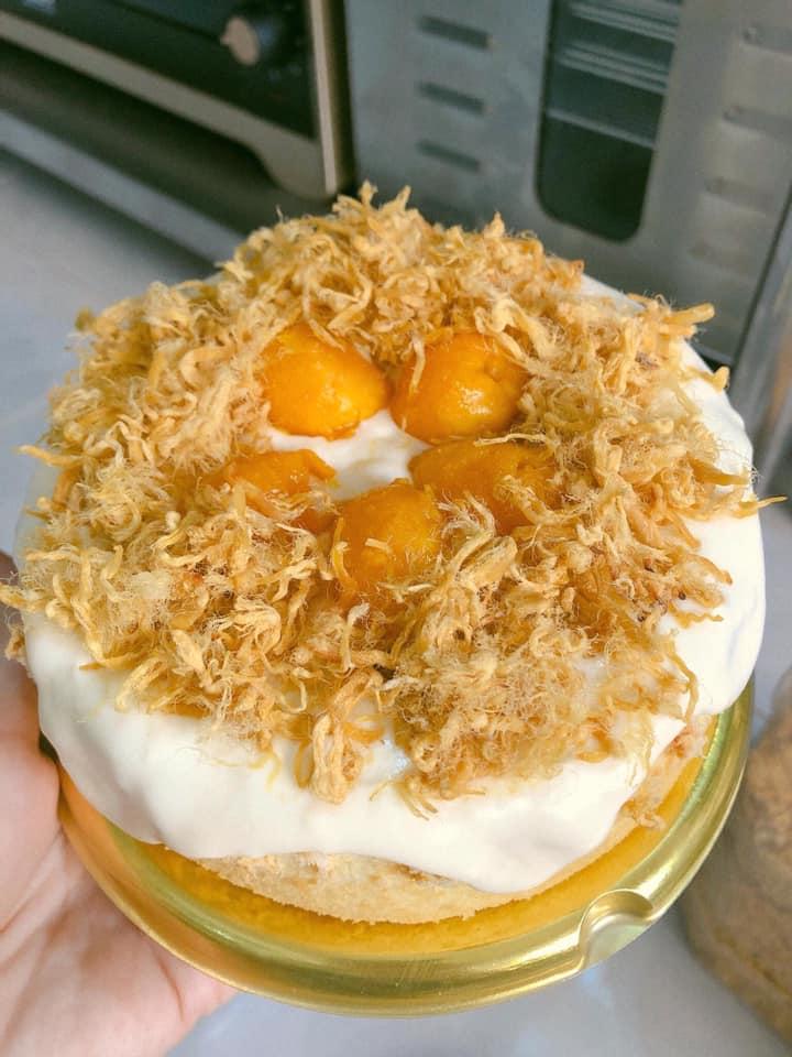 Chiếc bánh bông lan trứng muối thơm ngon hấp dẫn có giá 100.000đ