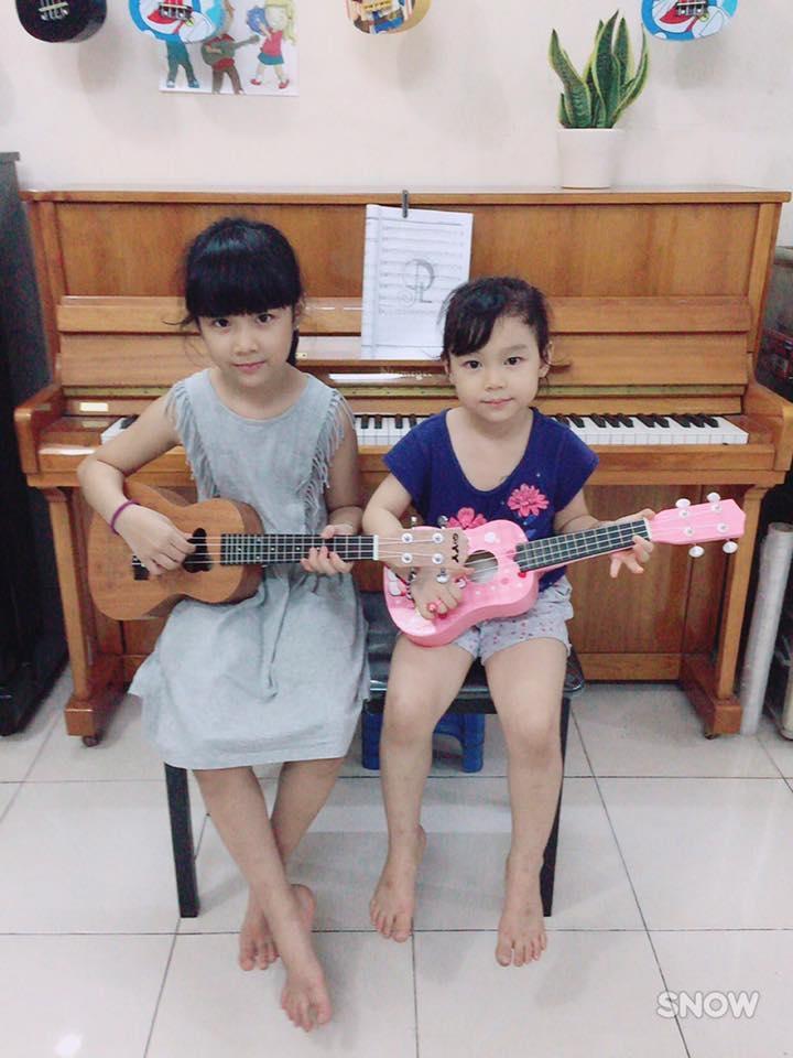 Hai học viên nhí của trung tâm âm nhạc Việt