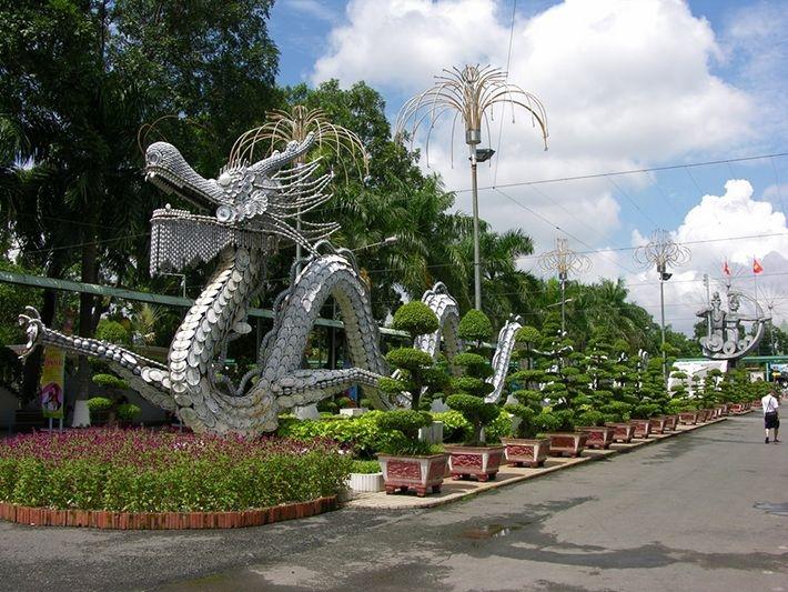 Khuôn viên công viên nước Đầm Sen được trang trí công phu và hoành tráng