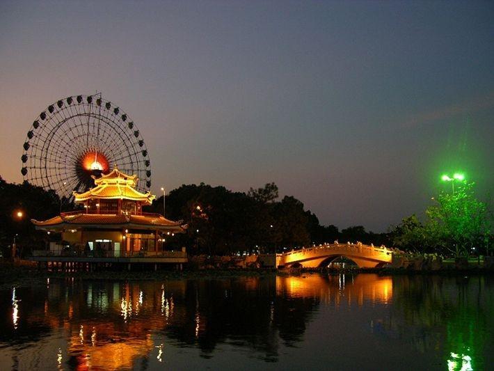 Công viên buổi tối trở nên lộng lẫy hơn bao giờ hết với vô vàn ánh đèn trang trí