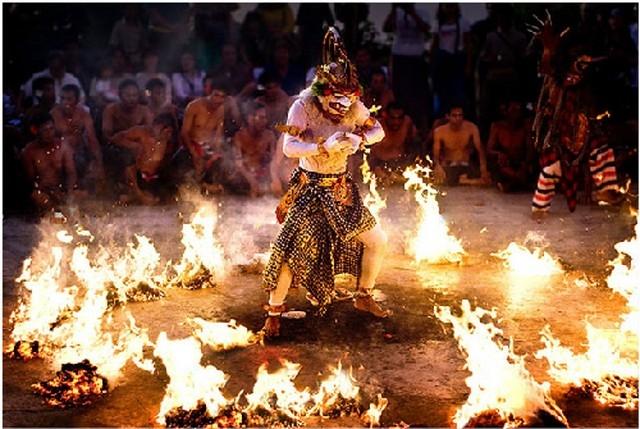 Múa lửa là điệu múa truyền thống của người dân trên đảo Bali