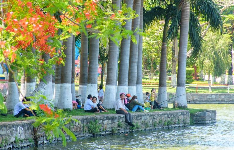 Bờ hồ trở thành địa điểm lí tưởng cho người dân tránh nóng và câu cá.