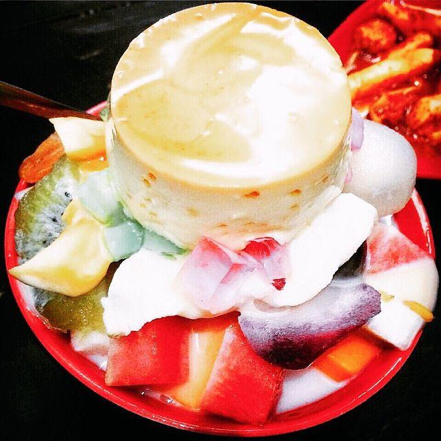 Bát chè hoa quả caramen đầy ụ luôn thu hút thực khách