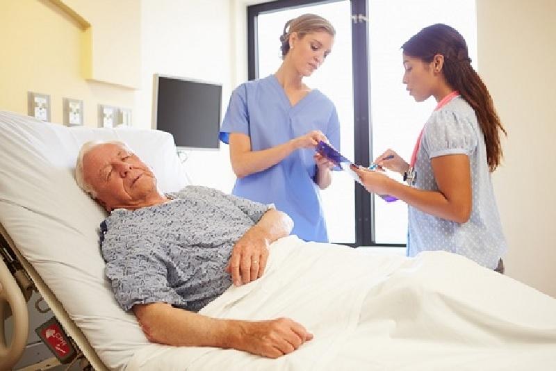 Cho bệnh nhân uống thuốc theo dặn dò của bác sĩ