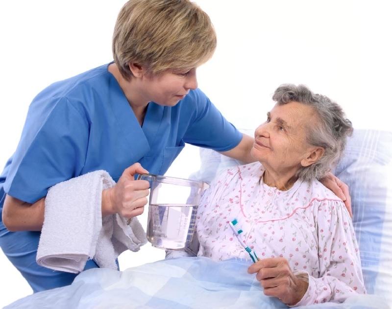 Giúp bệnh nhân vệ sinh cá nhân