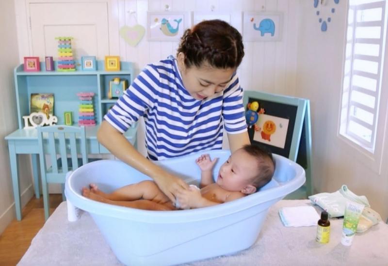 Nhân viên của Mooncare đang tắm cho bé yêu