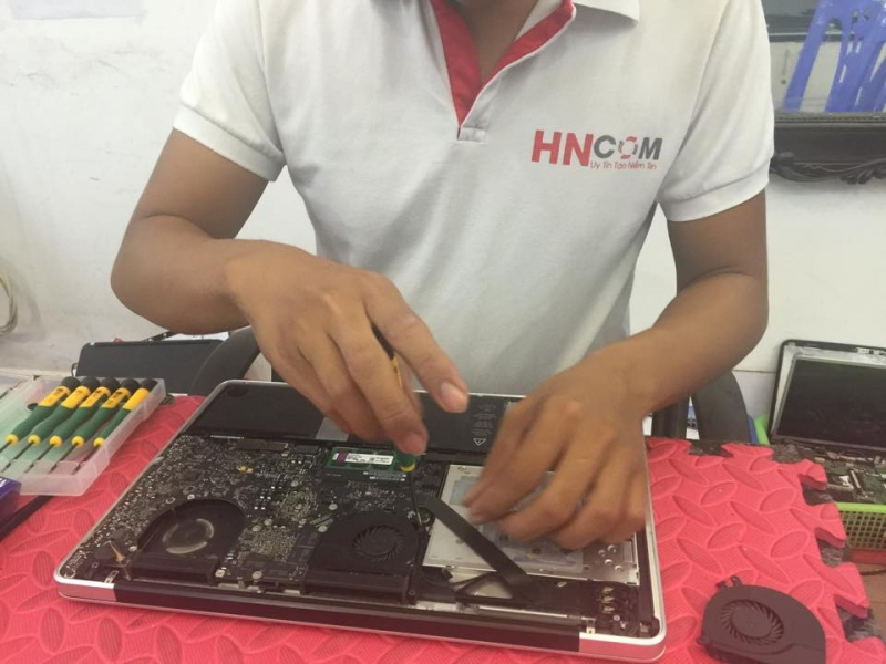 Dịch vụ sửa chữa Macbook của HNCOM