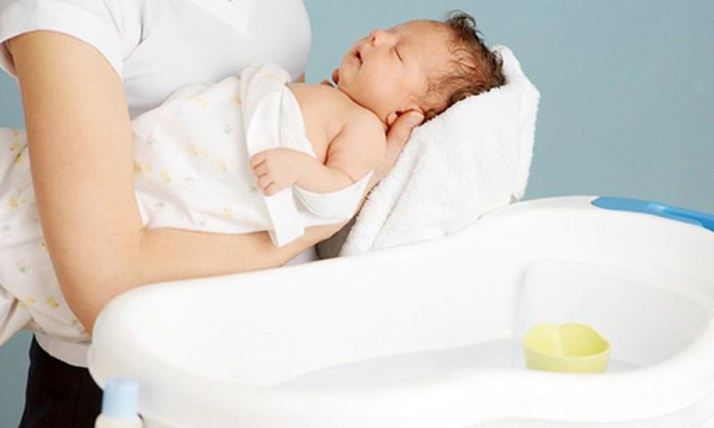 Nhân viên trung tâm tắm bé tại gia đình