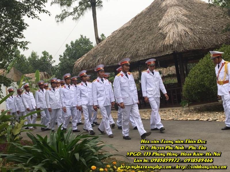 Đội nghi lễ chuẩn bị trước giờ đón tiếp thi hài người thân của các gia đình)
