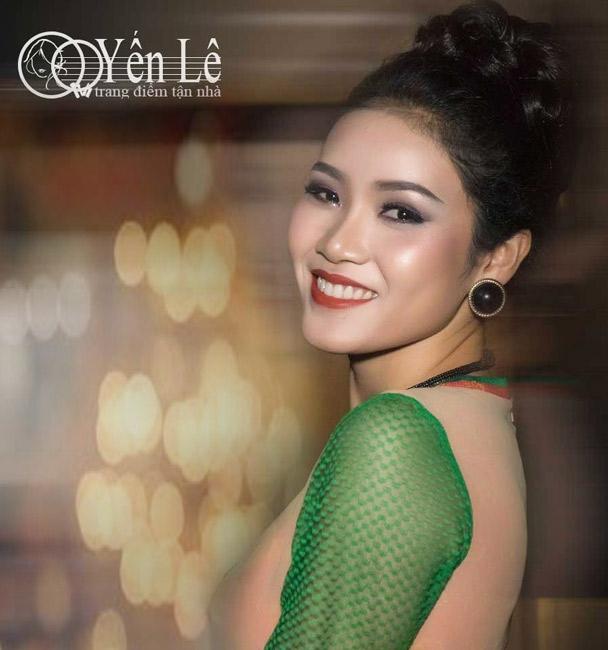 Người mẫu Hằng Quách trang điểm tại Yến Lê trong buổi trình diễn áo dài của Nhà Thiết Kế Sỹ Hoàng