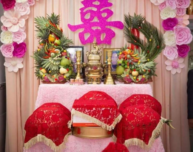Trang trí bàn thờ gia tiên ngày cưới với hoa giấy tông tím hồng