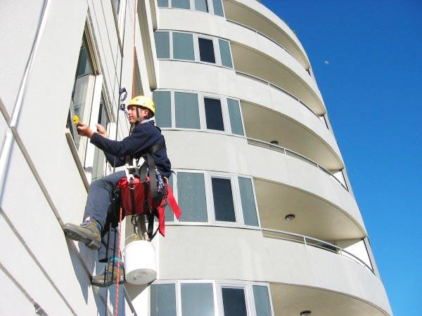 Đội ngũ nhân viên đông đảo có thể thực hiện lau dọn vệ sinh nhiều tòa nhà cùng lúc