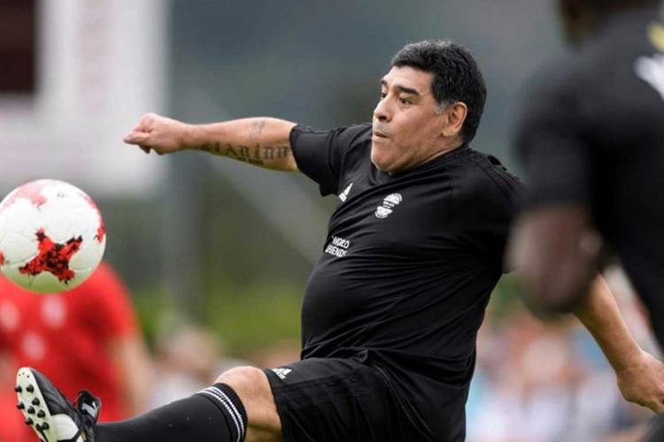 Diego Maradona sút phạt