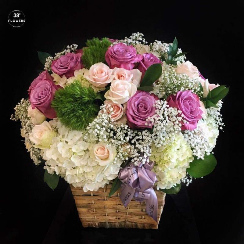 Giỏ hoa với đầy đủ màu sắc