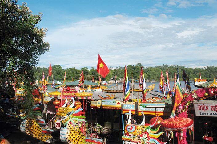 Điện Hòn Chén nằm trên núi Ngọc Tràn, thuộc làng Ngọc Hồ, phường Hương Hồ, thị xã Hương Trà, tỉnh Thừa Thiên Huế.