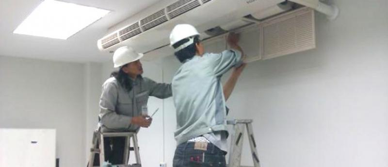 Nhân viên điện lạnh 586 đang bảo trì máy điều hòa