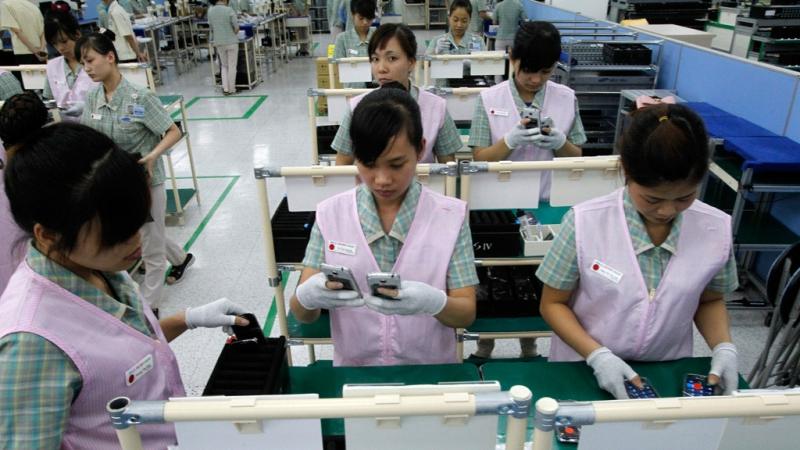 Công nhân dây truyền khi lắp đặt các thiết bị điện tử