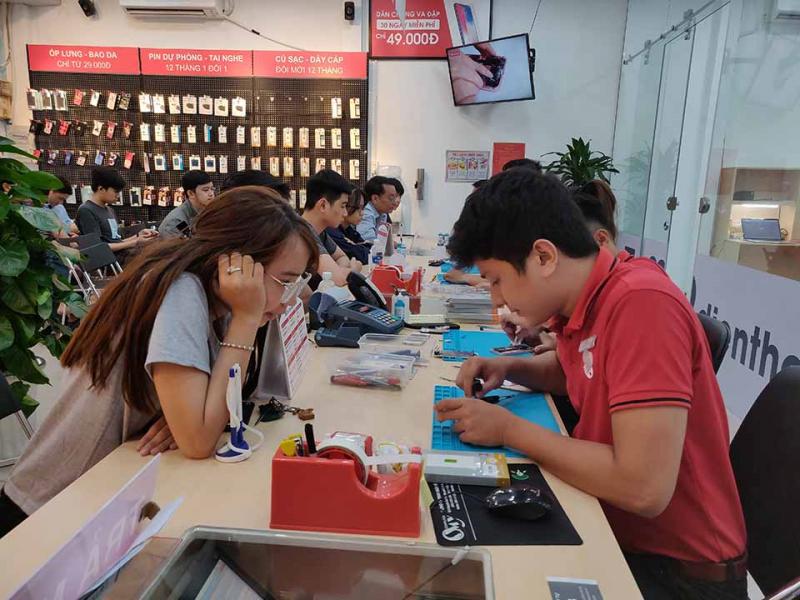 khách hàng trực tiếp theo dõi quá trình sửa chữa tại Điện Thoại Vui