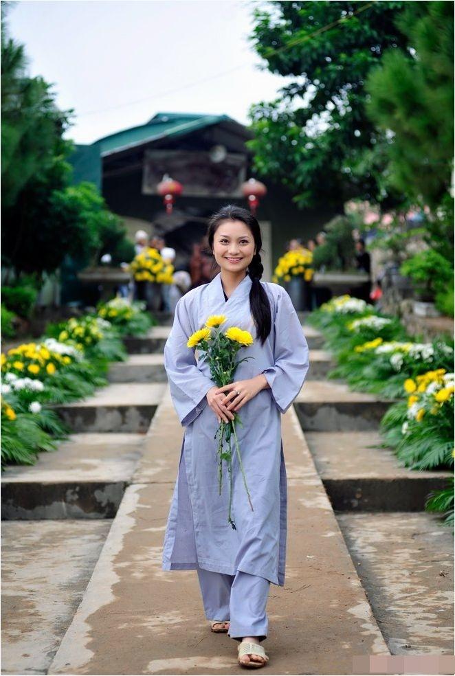 Diện trang phục lịch sự khi đi chùa
