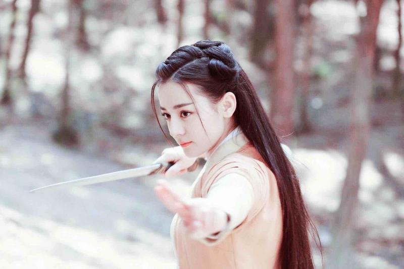 Diễn viên Dịch Lệ Thiên Ba