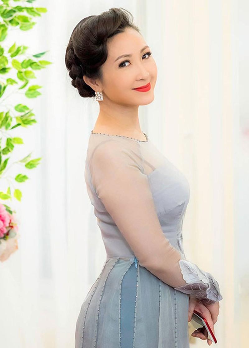 Nhan sắc trẻ trung của Khánh Huyền khi bước vào tuổi 49