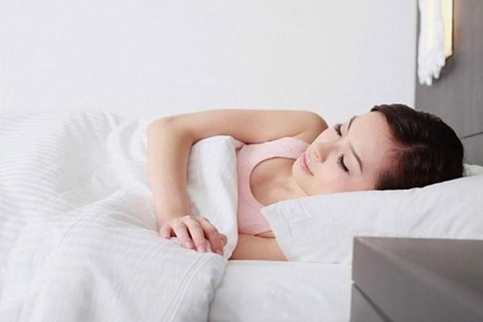 Bà bầu khi bị đầy bụng nên kê gối cao, kê thêm một chút dốc ở dưới lưng khi ngủ để giảm sự khó chịu khi bà bầu bị chướng bụng.