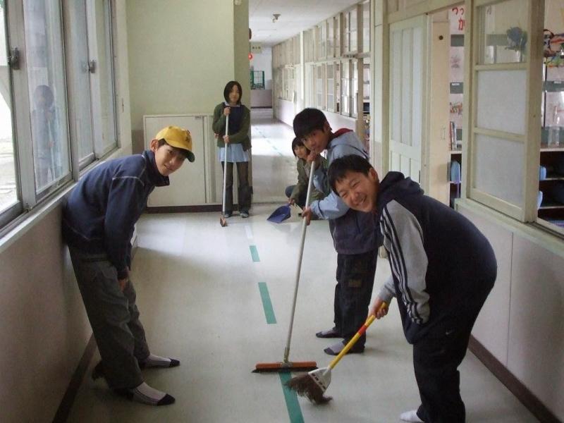 Học sinh sẽ phải tự mình làm vệ sinh lớp học, khuôn viên của trường và cả nhà vệ sinh nữa.