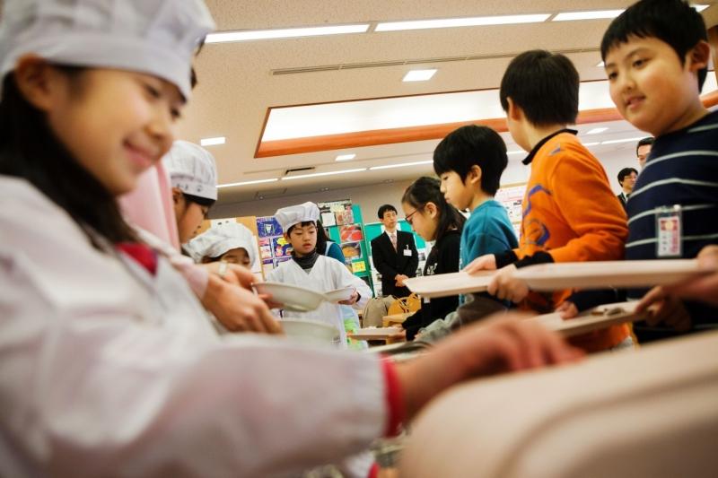 Bữa trưa giống nhau và học sinh tự phục vụ