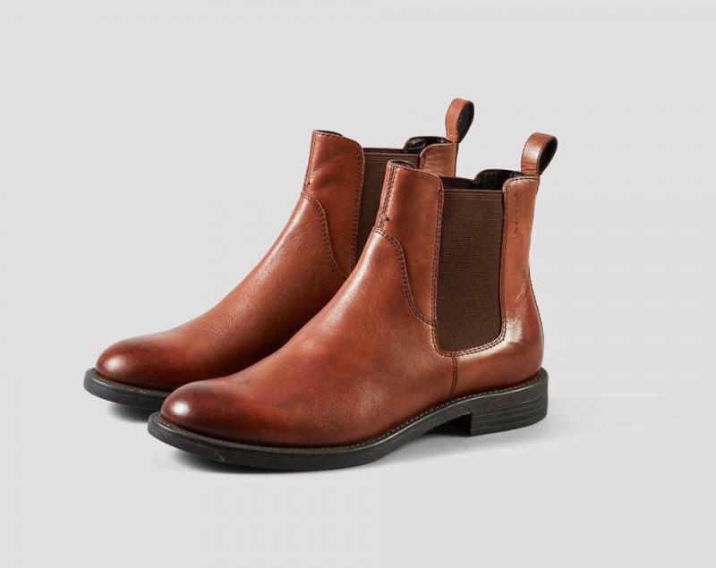 Giày ở đây là giày xuất khẩu với sự đa dạng về mẫu, từ giày bệt đến giày cao gót, oxford, sandal, boot