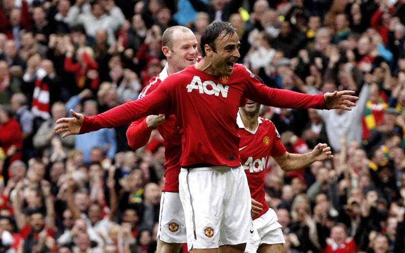 Dimitar Berbatov ăn mừng với Rooney