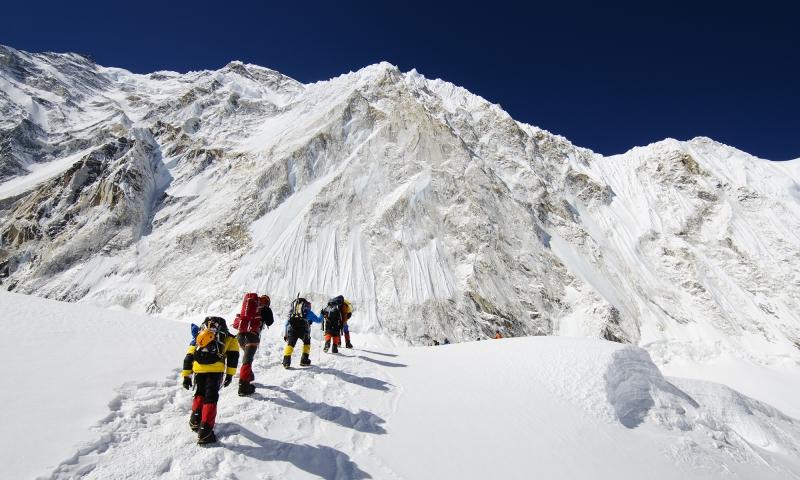 Những đoàn thám hiểm thường lựa những ngày lặng gió để leo núi.