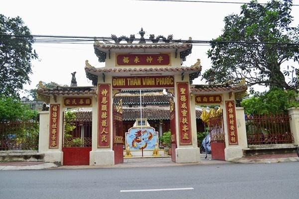Cổng tam quan đình Vĩnh Phước.