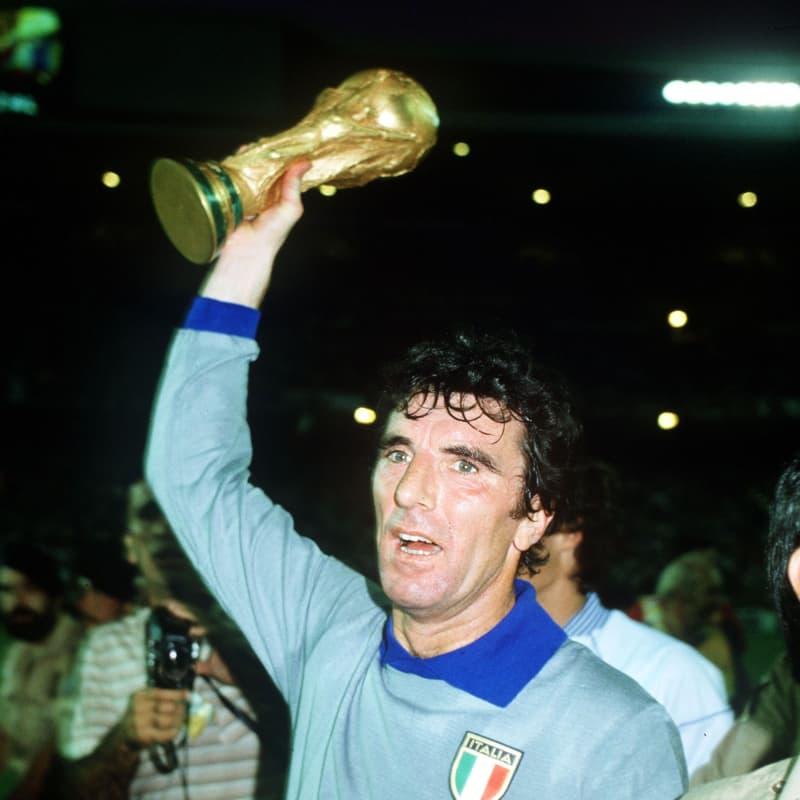 Dino Zoff vô địch World Cup vào năm ông 40 tuổi khi đang là đội trưởng đội tuyển Ý tại World Cup 1982 tổ chức tại Tây Ban Nha